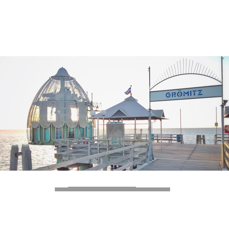 Seebrücke mit Tauchglocke im Gegenlicht