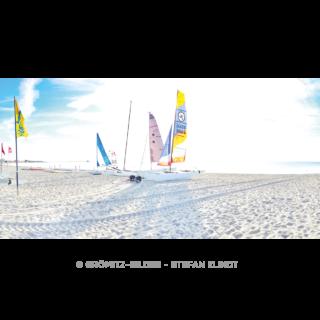 Grömitz-Bilder - Segel am Strand im Gegenlicht beim Yachthafen mit Seebrücke im Hintergrund