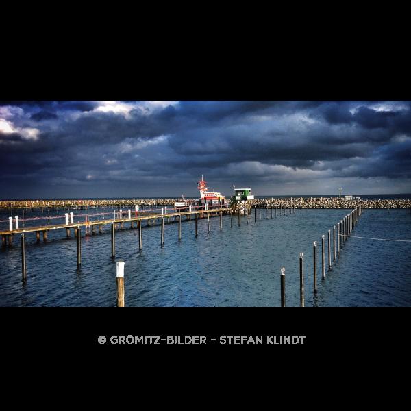 Seenotrettungskreuzer im leeren Grömitzer Hafen
