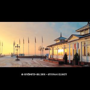 Seebrückenvorplatz mit Touristeninformation in der morgentlichen Wintersonne
