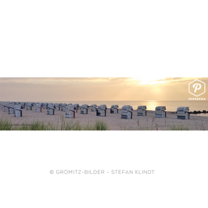 Grömitzer Strandkörbe am Oststrand hinter Dünengras bei Sonnenaufgang