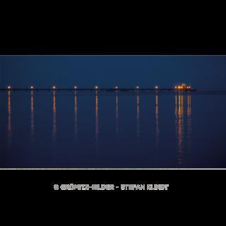 085 Die beleuchtete Seebrücke Grömitz am Abend